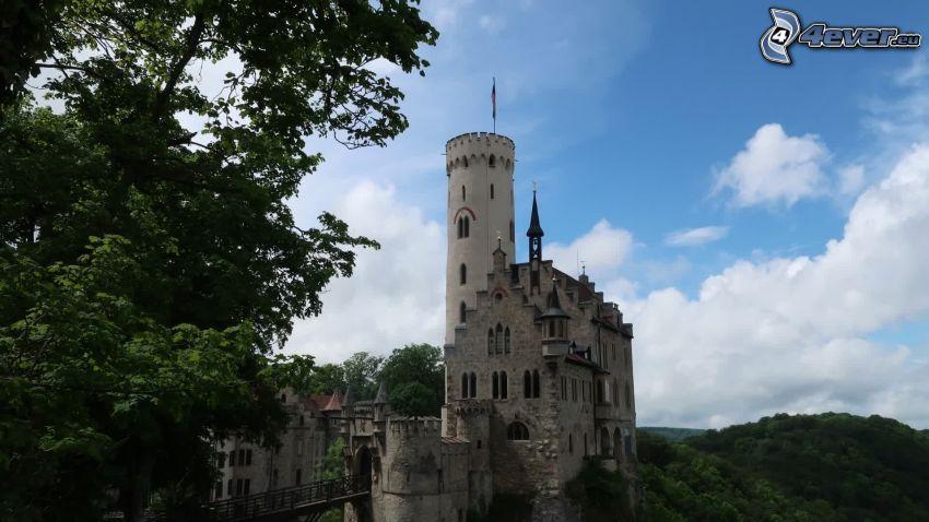 Lichtenstein Castle, drzewo, chmury
