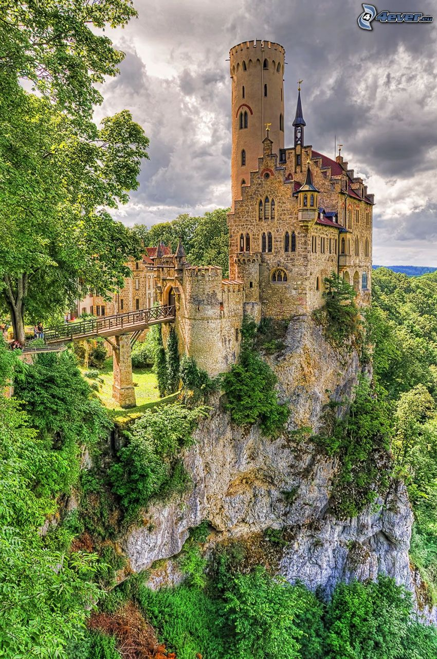 Lichtenstein Castle, skała, ciemne chmury