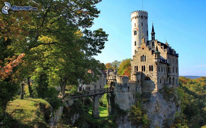 Lichtenstein Castle, zielone drzewa