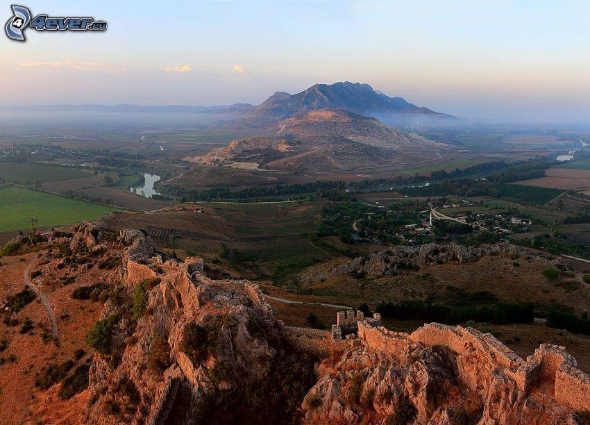 mury obronne, widok na krajobraz, skaliste wzgórza, rzeka