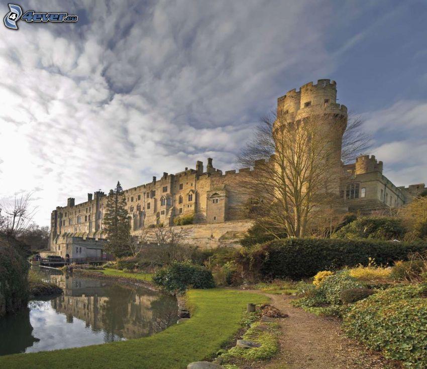 Warwick Castle, chmury, rzeka, chodnik