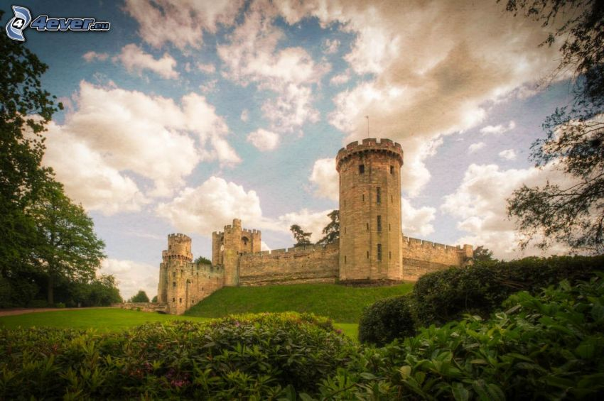 Warwick Castle, chmury, zieleń