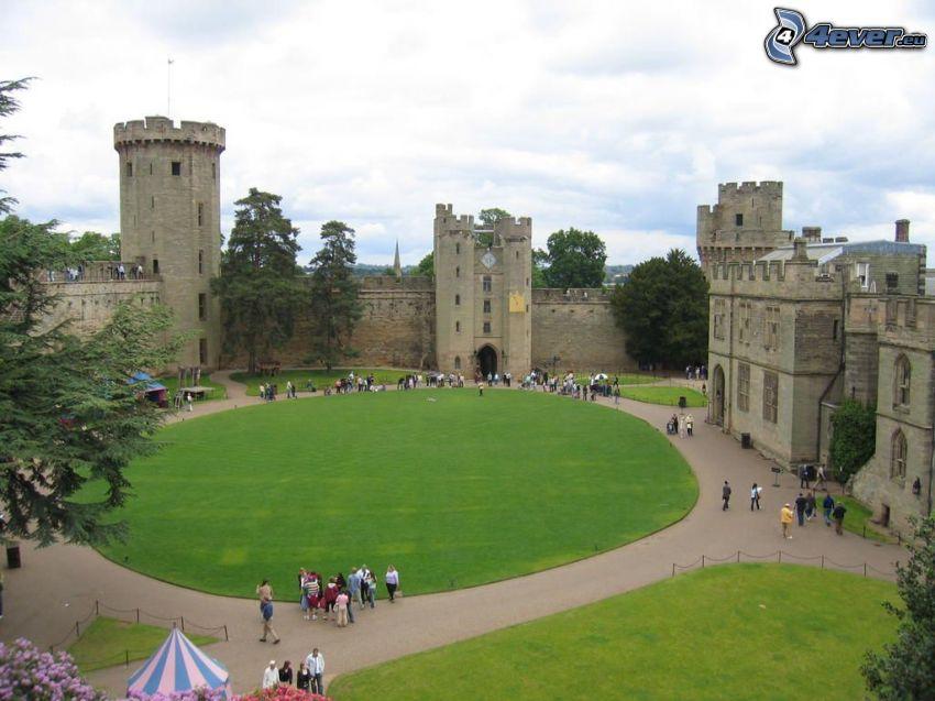 Warwick Castle, dziedziniec, turyści