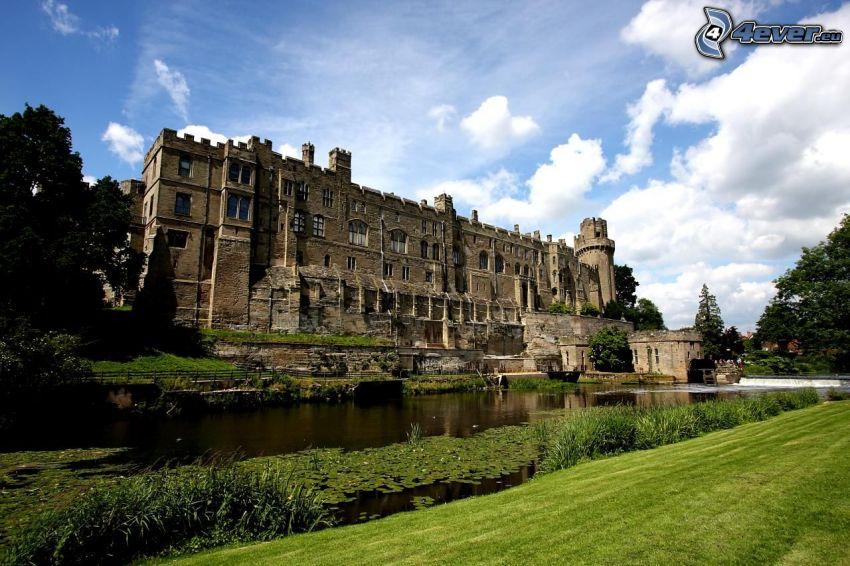 Warwick Castle, rzeka, lilie wodne, chmury, trawa