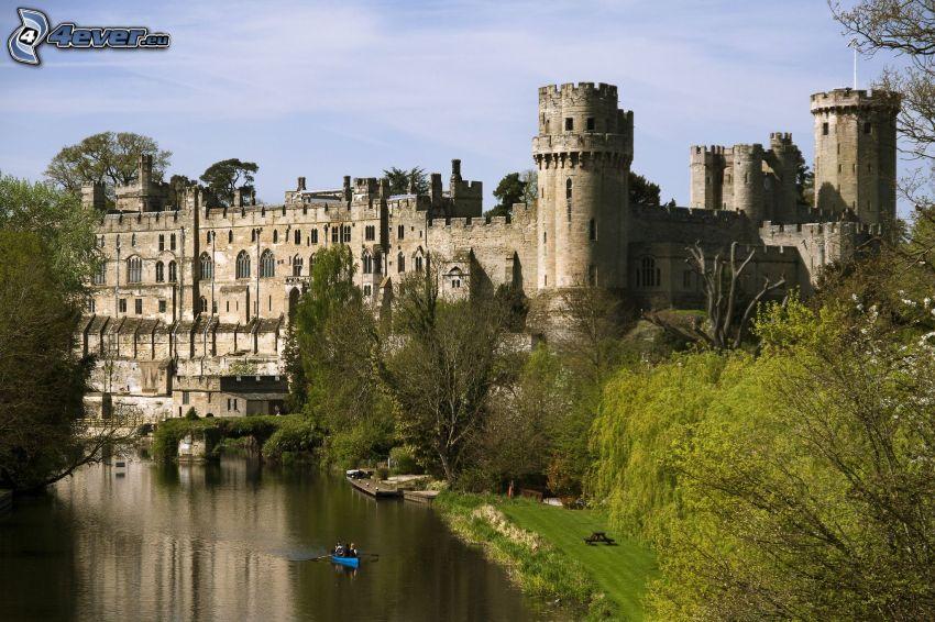 Warwick Castle, rzeka, łódka, drzewa
