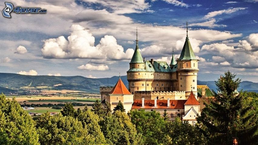 Zamek Bojnice, drzewa, chmury, HDR