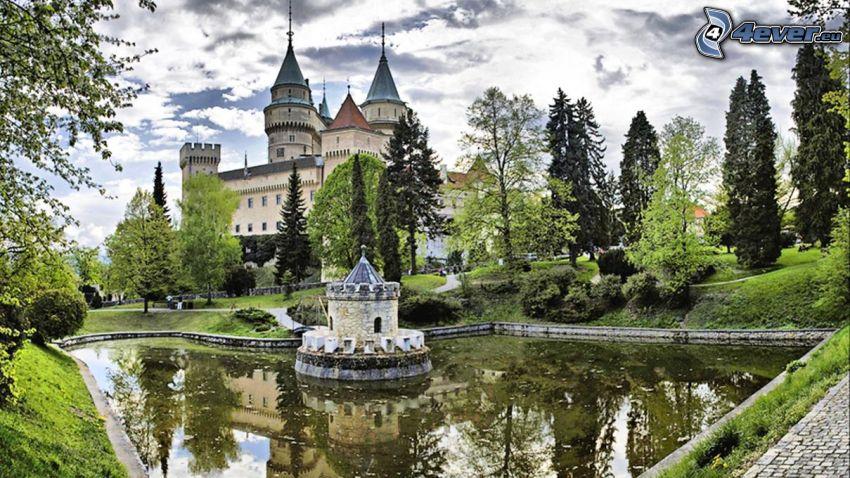 Zamek Bojnice, drzewa, jezioro, chmury