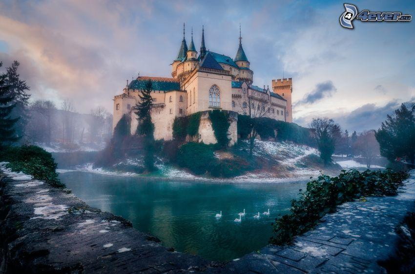 Zamek Bojnice, jezioro, łabędzie, mgła