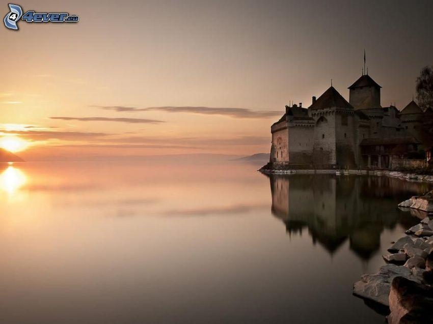 Zamek Chillon, zamek przy wodzie, zachód słońca, jezioro