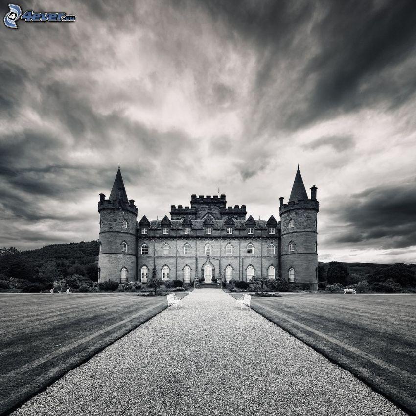 Zamek Inveraray, chodnik, łąka, czarno-białe zdjęcie