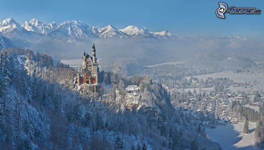 zamek Neuschwanstein, zaśnieżony las, zima, zaśnieżona wieś