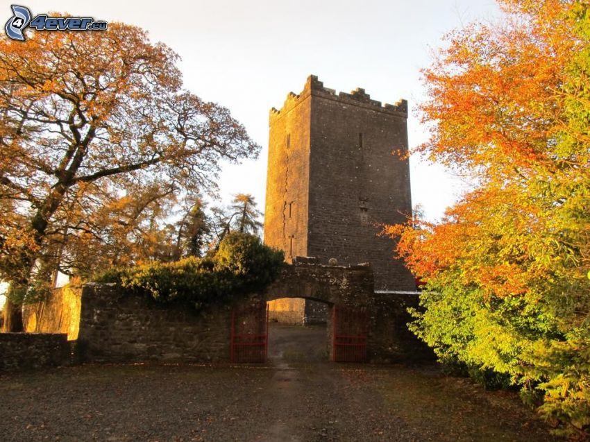 Zamek Ross, brama z kamienia, jesienne drzewa