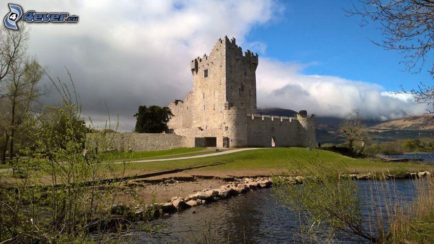 Zamek Ross, rzeka, krzewy, chmury