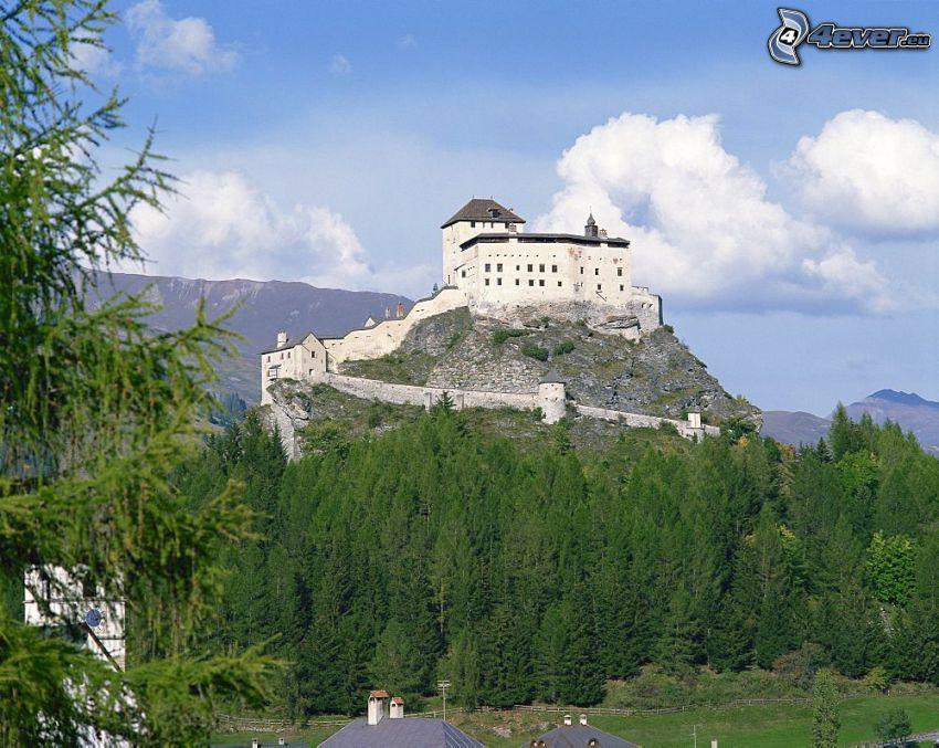Zamek Tarasp, las iglasty, chmury