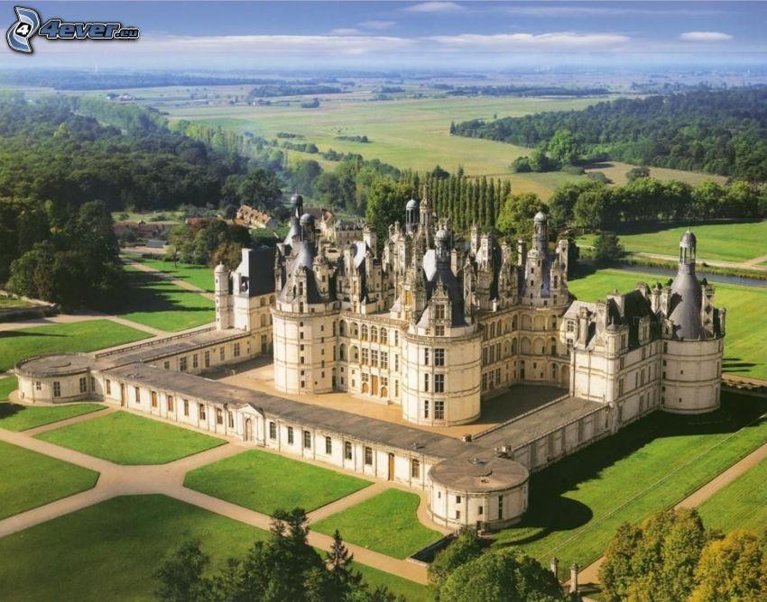 Zamek w Chambord, trawnik, łąki, las, widok z lotu ptaka