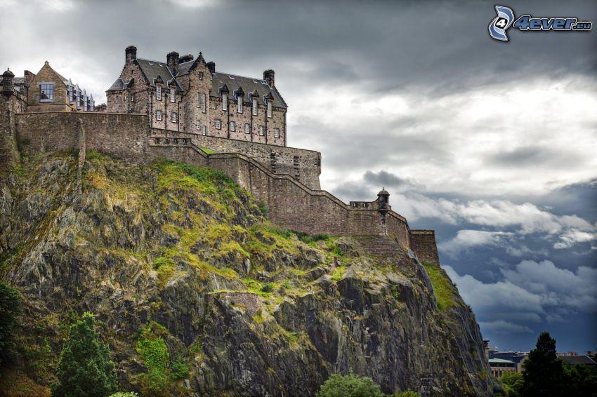 Zamek w Edynburgu, skała, ciemne chmury