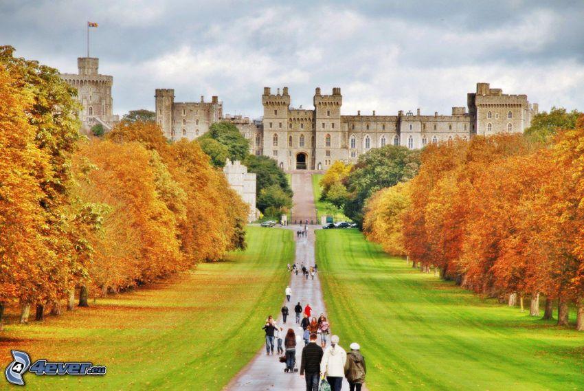 Zamek Windsor, park, ogród, turyści, jesienne drzewa