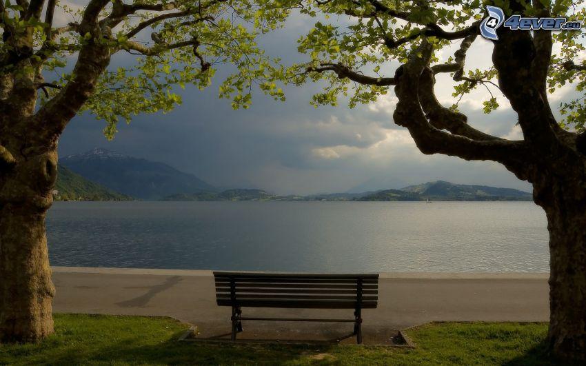 ławeczka nad jeziorem, drzewa, pasmo górskie