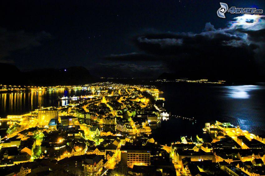 Ålesund, Norwegia, miasto nocą, księżyc