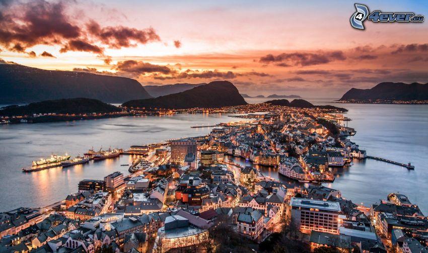 Ålesund, Norwegia, miasto wieczorem, po zachodzie słońca