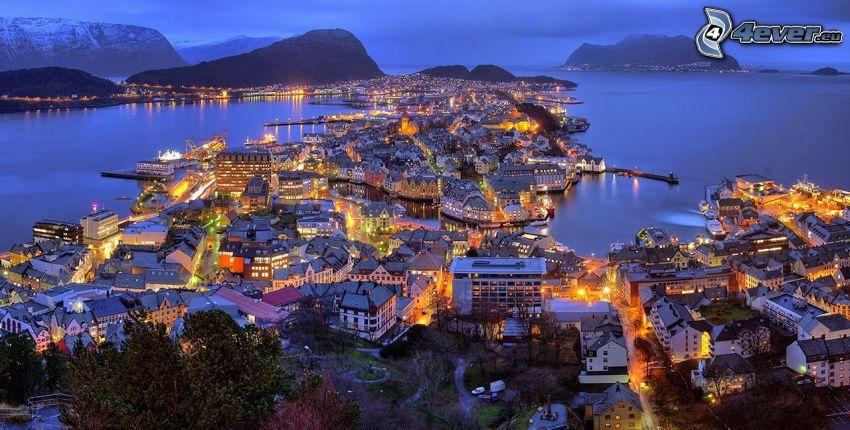 Ålesund, Norwegia, nadmorskie miasteczko, miasto nocą