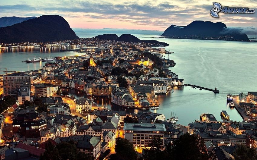 Ålesund, Norwegia, nadmorskie miasteczko, miasto wieczorem