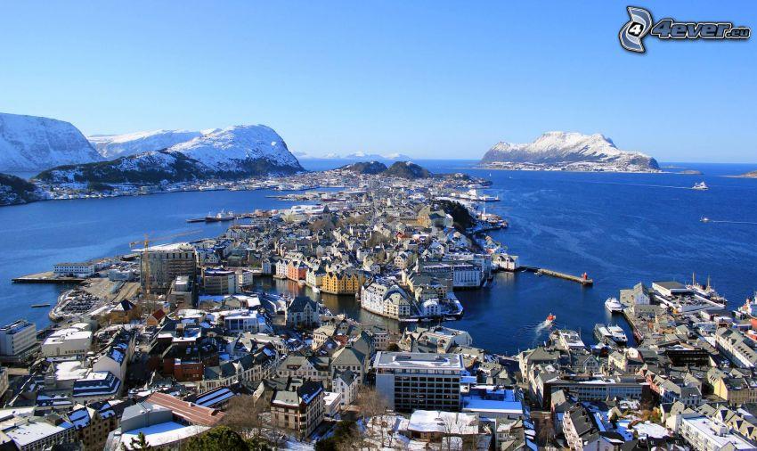 Ålesund, Norwegia, nadmorskie miasteczko, zaśnieżone pasmo górskie