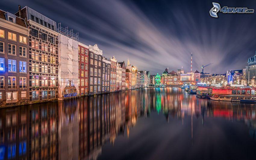 Amsterdam, miasto nocą, domy, powierzchnia wody, odbicie