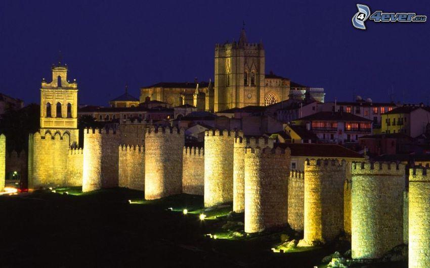 Ávila, Hiszpania, miasto nocą, mury obronne
