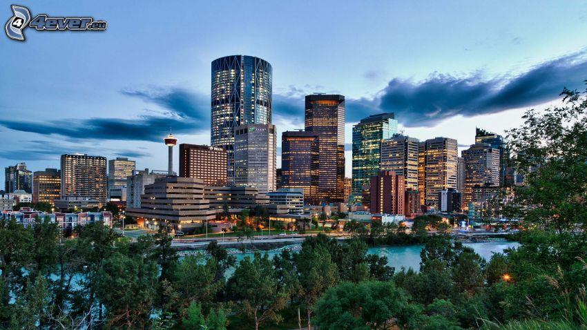 Calgary, wieżowce, miasto wieczorem