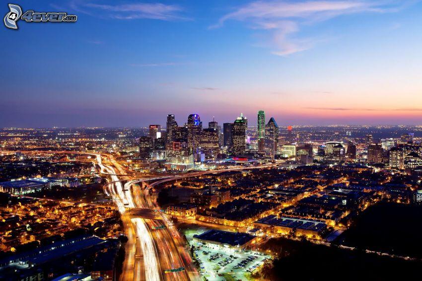Dallas, miasto nocą, wieżowce, autostrada