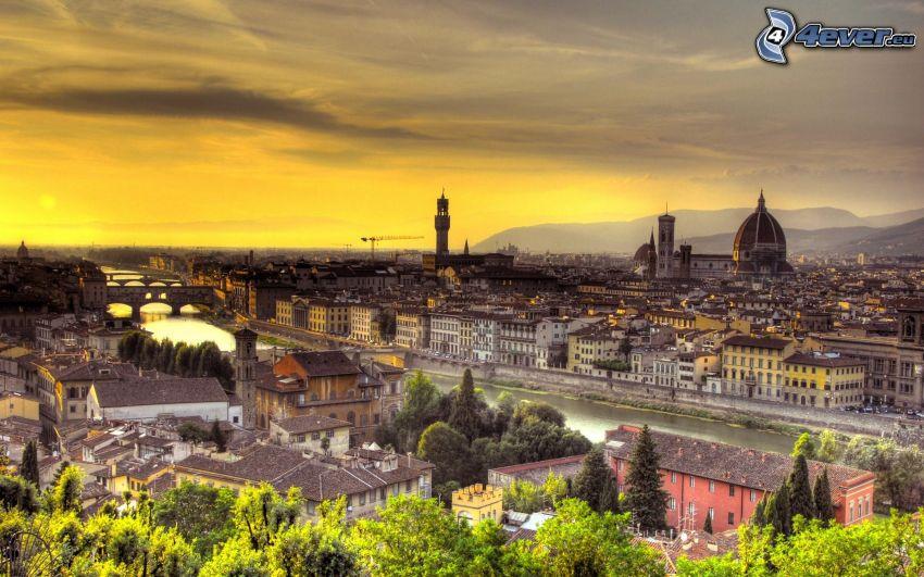 Florencja, miasto wieczorem, żółte niebo