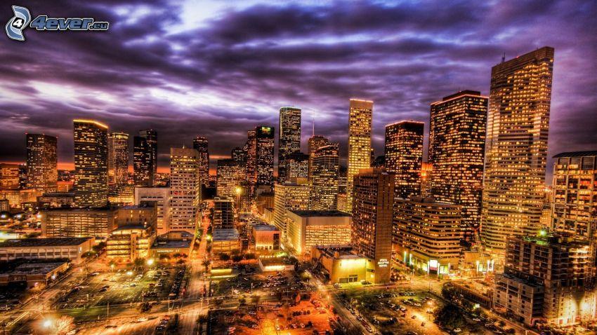 Houston, wieżowce, ciemne chmury, miasto nocą