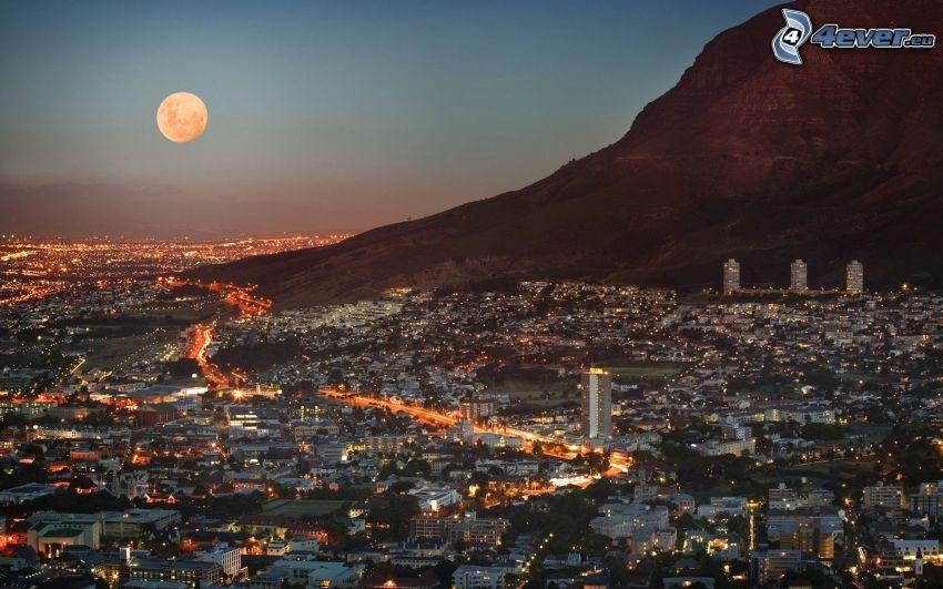 Kapsztad, miasto wieczorem, pomarańczowy księżyc