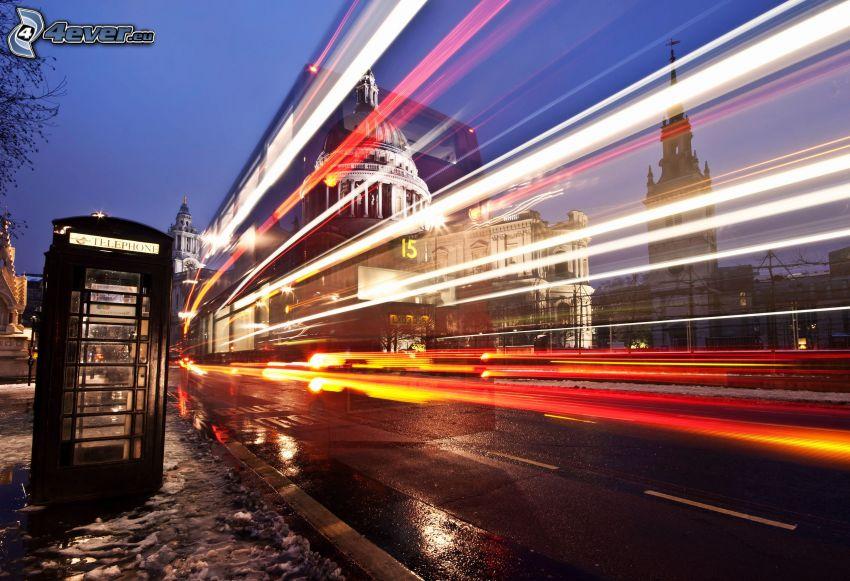 Londyn, miasto nocą, światła, budka telefoniczna
