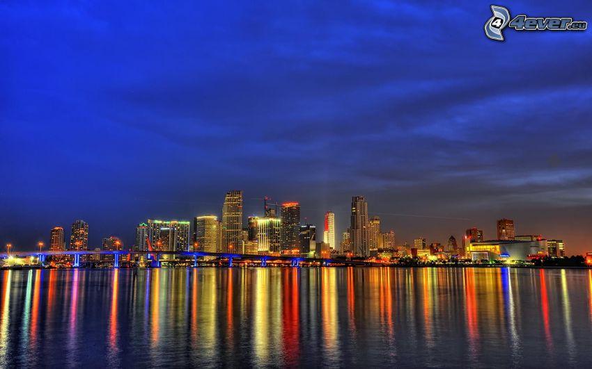 Miami, miasto nocą, wieżowce, morze, odbicie