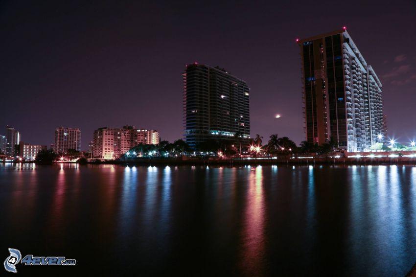 Miami, miasto nocą, wieżowce, morze