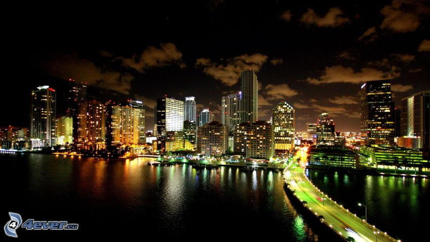 Miami, miasto nocą, wieżowce, most