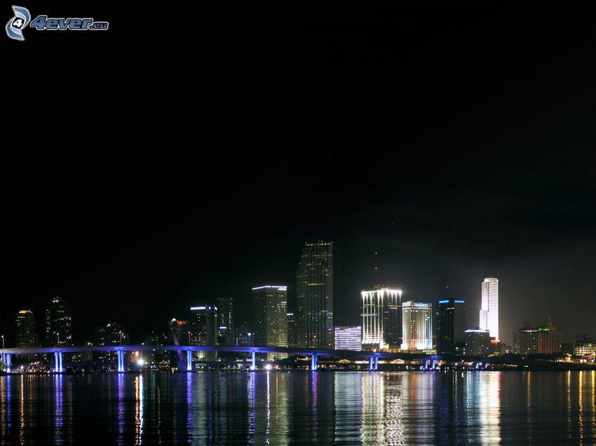 miasto nocą, oświetlony most, niebieskie oświetlenie
