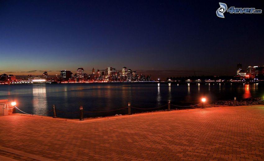miasto nocą, rzeka