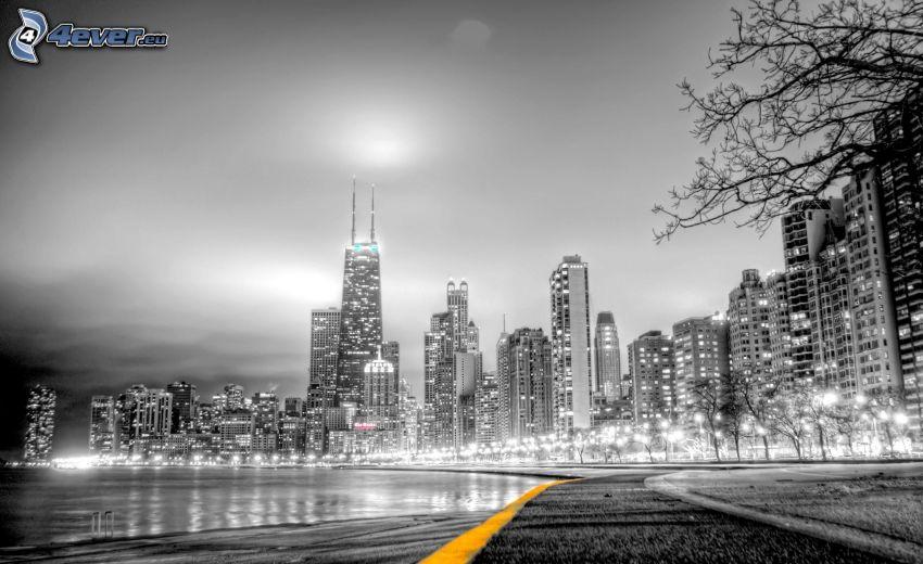 miasto nocą, wieżowce, czarno-białe zdjęcie