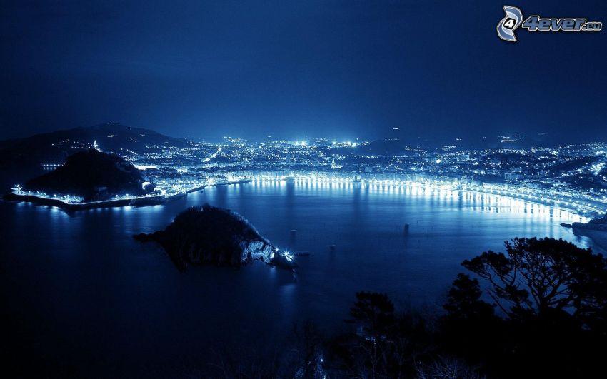miasto nocą, wyspa, morze, zatoczka