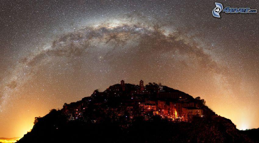 miasto nocą, wzgórze, niebo w nocy, gwiaździste niebo, Droga Mleczna