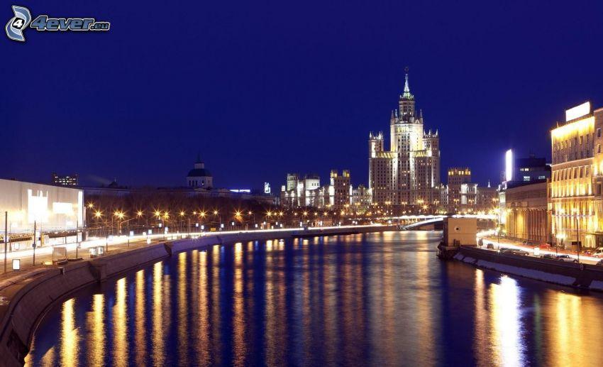 Moskwa, miasto nocą, rzeka, oświetlenie