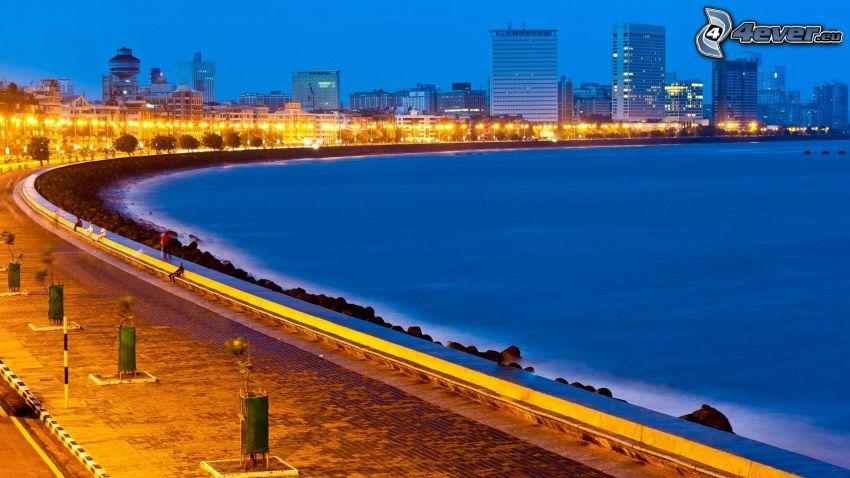 Mumbaj, Indie, morze, wieczór, uliczne oświetlenie