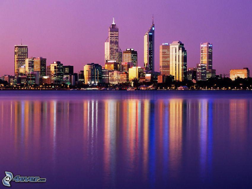 Perth, wieżowce, fioletowe niebo