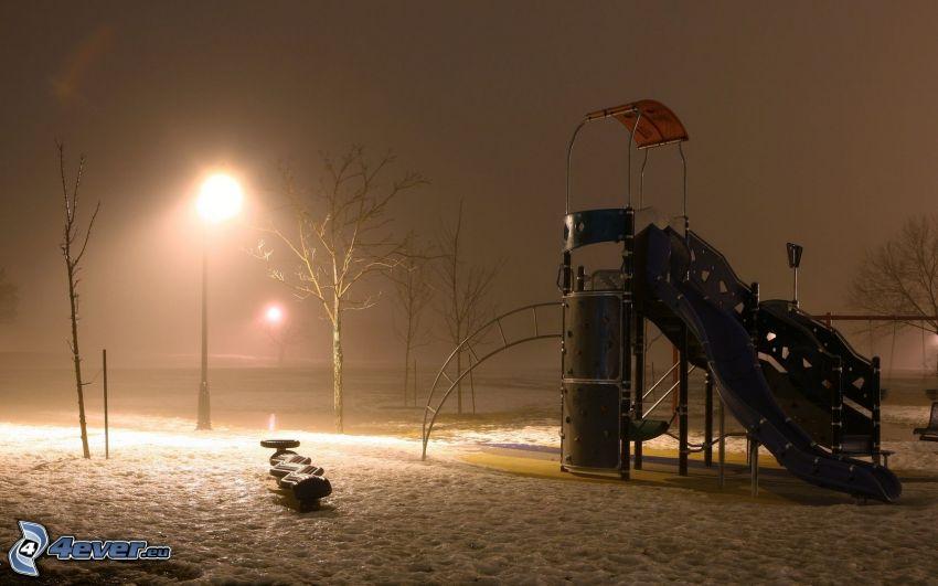 plac zabaw, zima, śnieg, uliczne oświetlenie