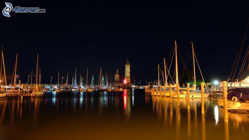 port, miasto nocą, statki, latarnia morska
