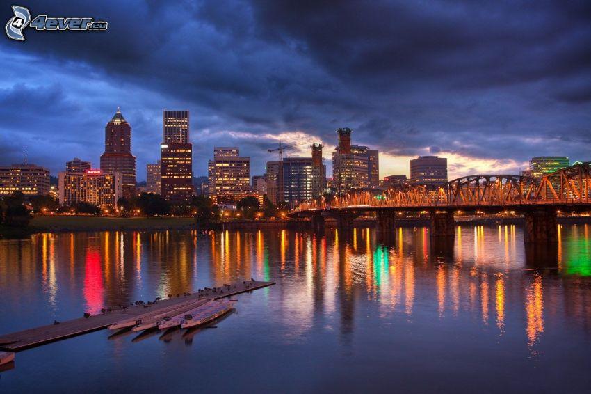 Portland, miasto nocą, oświetlony most