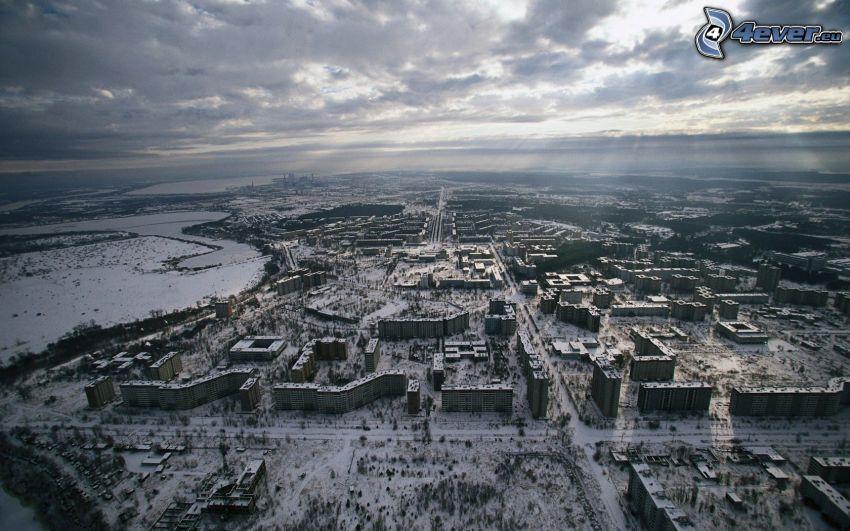 Prypeć, śnieg, ciemne chmury, promienie słoneczne, widok z lotu ptaka